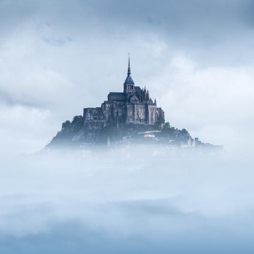 1779-9-le-mont-saint-michel-dans-les-nuages-tsomchat-fotolia-com-jpg