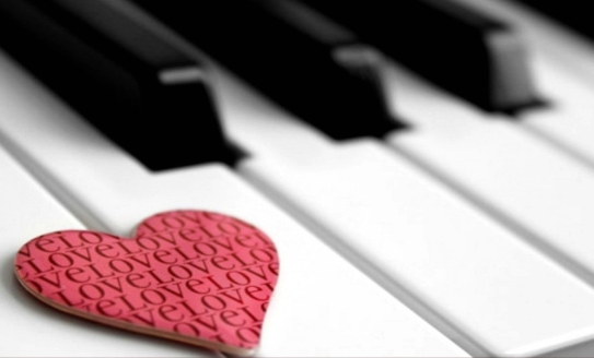 musical20instrument20piano20with20decoration20garland20of20hearts20concept20love20wallpapers204